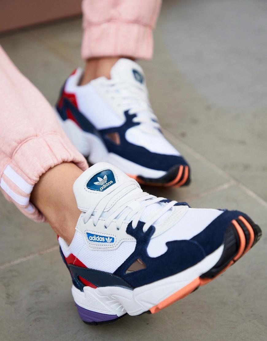 Falcon - Sneakers bianche e blu navyadidas Originals in Pelle di ...