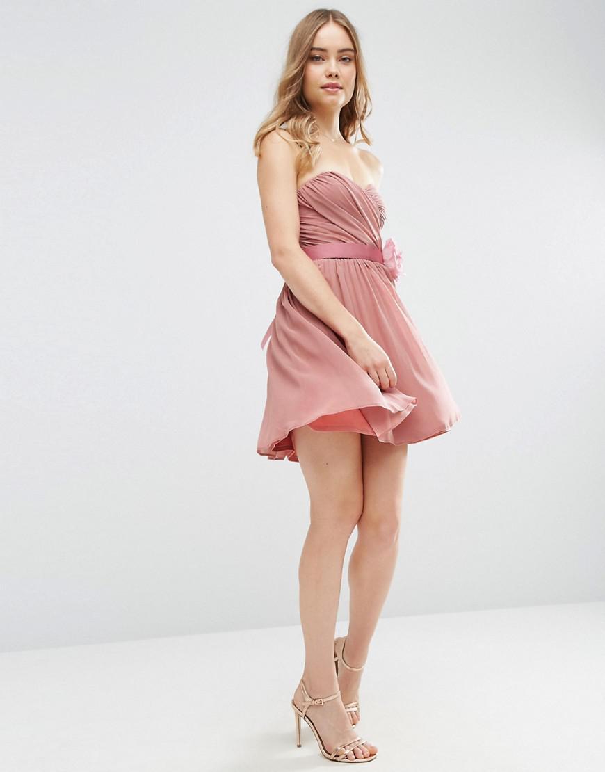 394f65273b303c Robe courte bandeau en mousseline avec grosse fleur amovible, pour  demoiselle d'honneur ASOS en coloris Pink