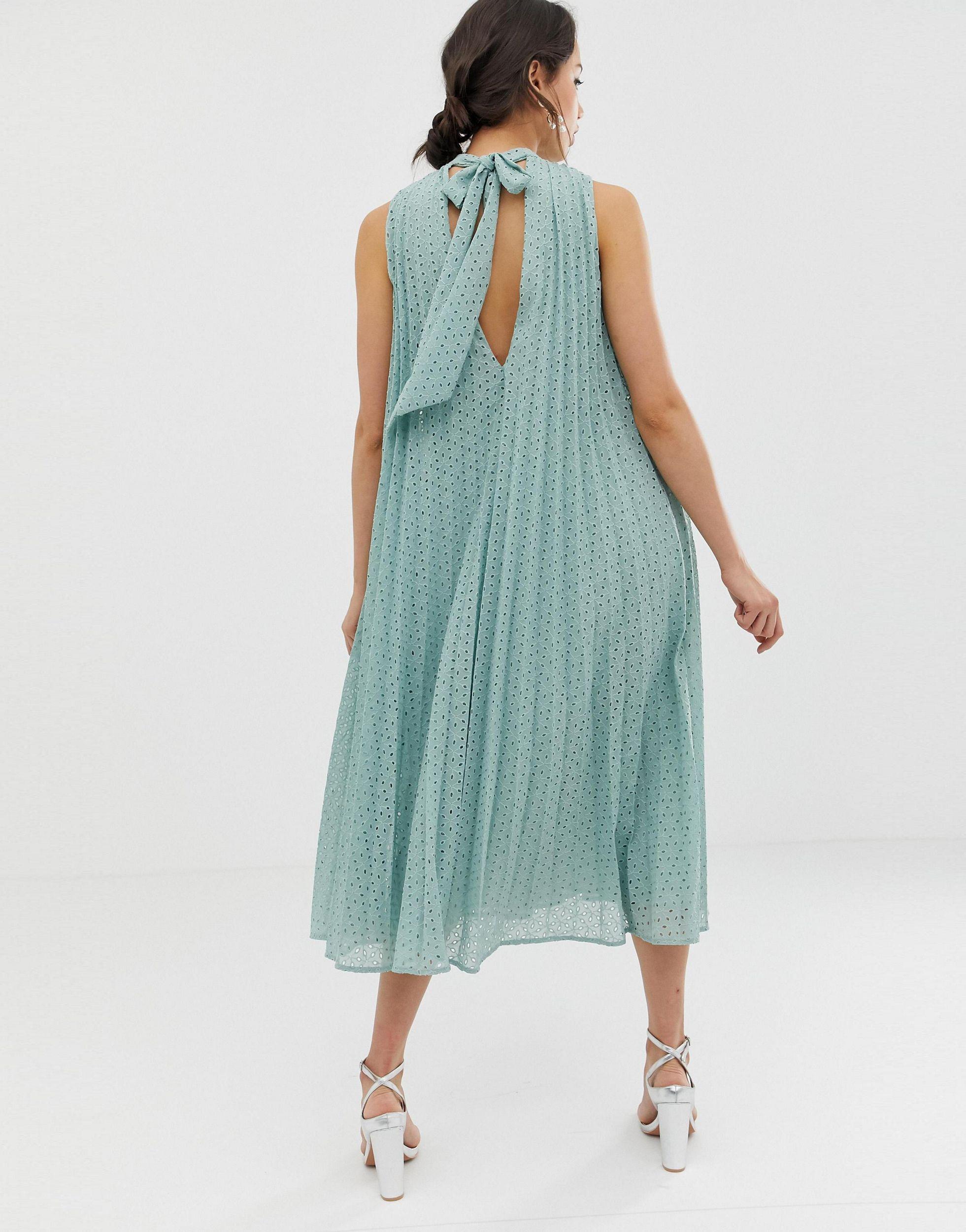 ASOS DESIGN Tall - Robe fluide mi-longue plissée à broderies avec col montant Jean ASOS en coloris Vert