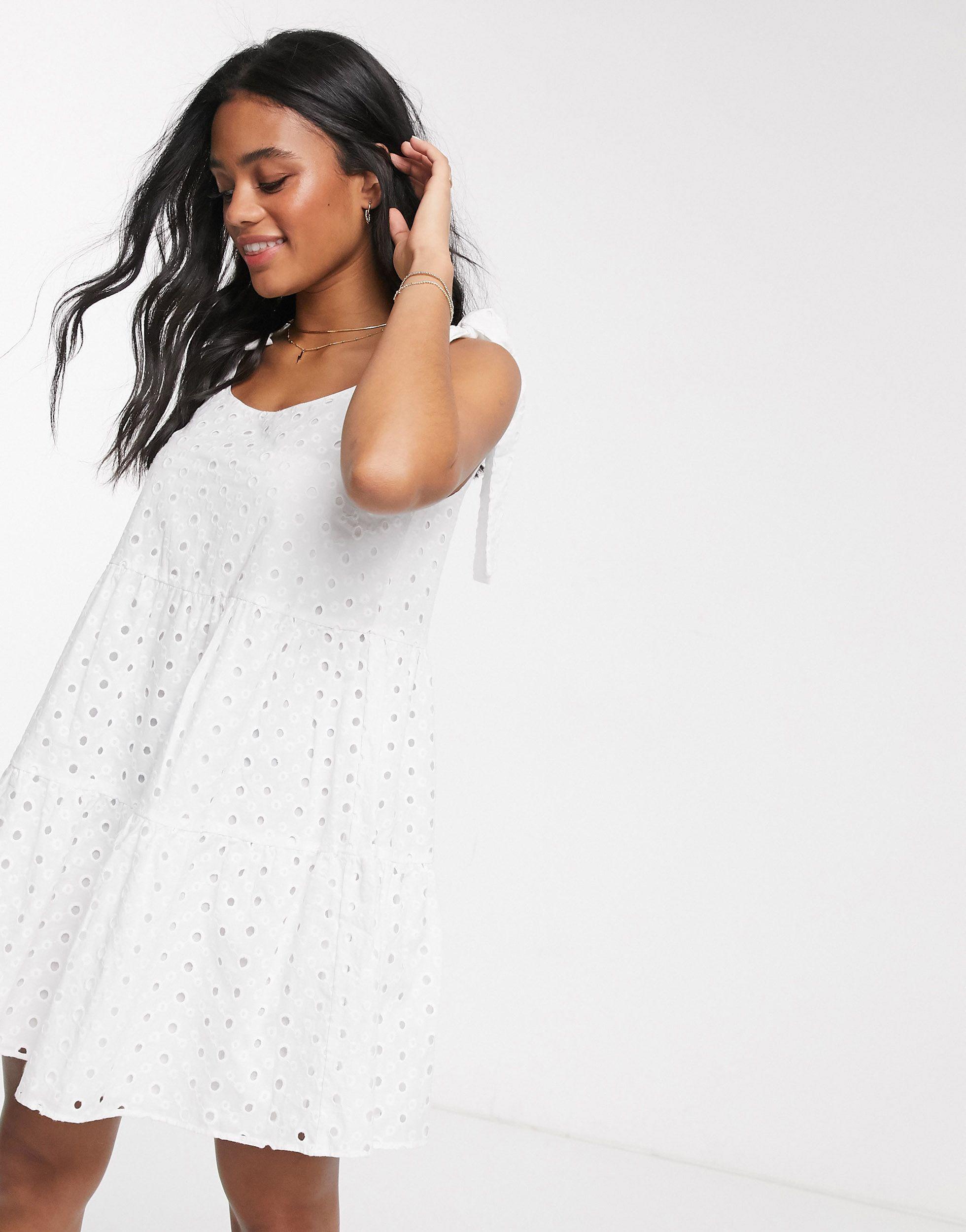 – kurzes sommerhängerkleid mit lochstickerei und stufendesign,