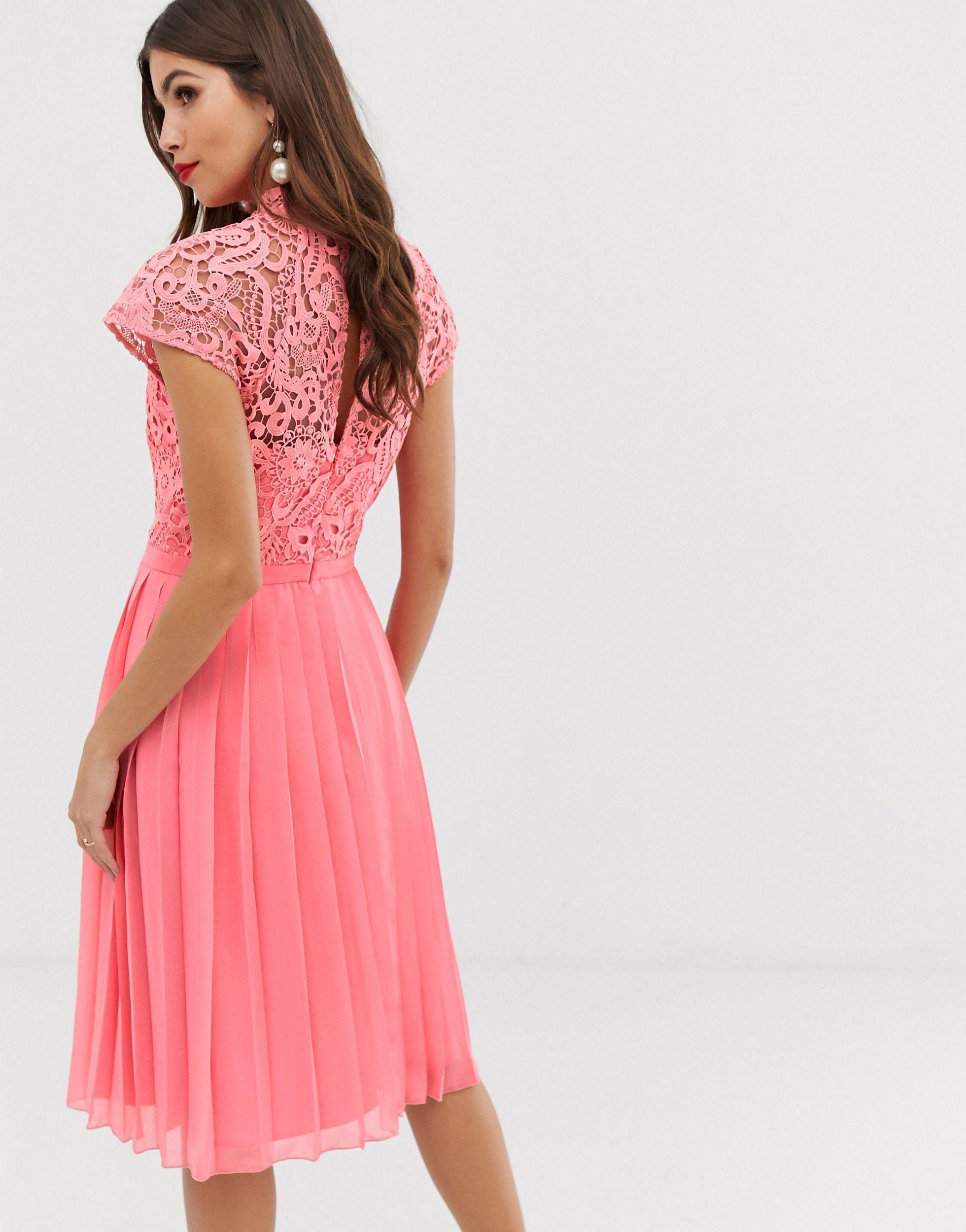 Robe mi-longue en dentelle à jupe plissée - Corail Dentelle Chi Chi London en coloris Rose