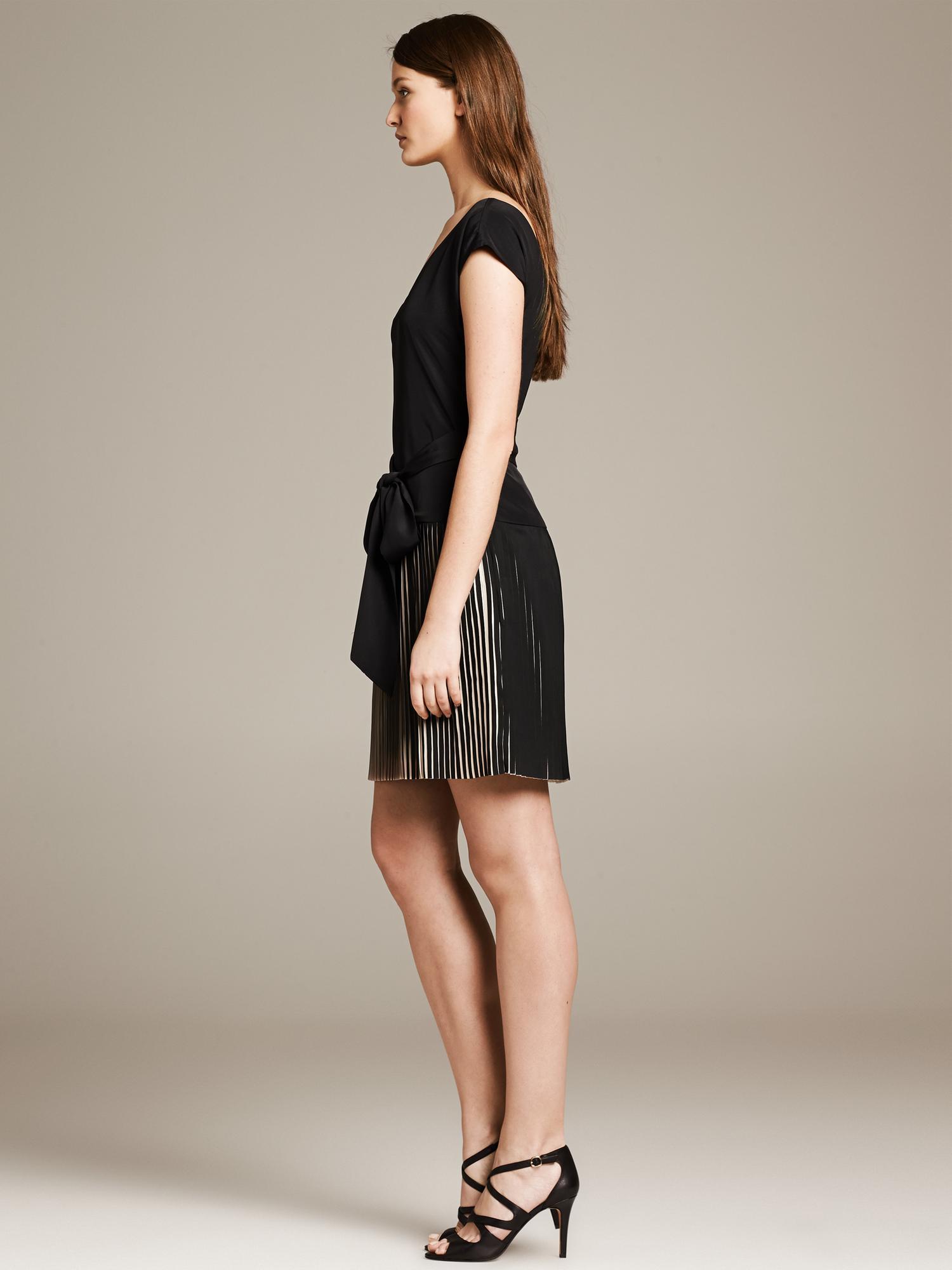 5930ab65364 Banana Republic Br Monogram Belted Pleat Dress in Black - Lyst