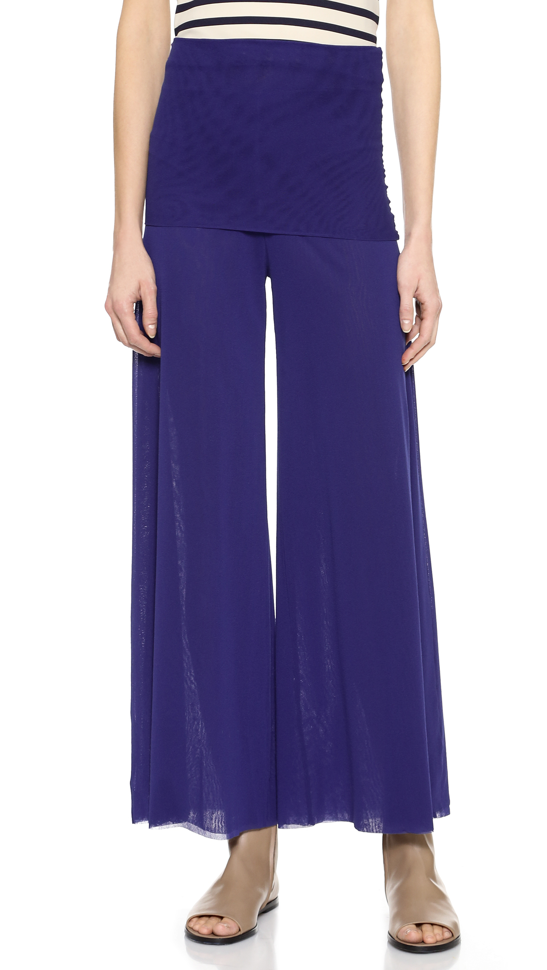 From luxurious velvet to cropped lengths, Dillard's has the perfect pair of women's wide-leg pants for your wardrobe.