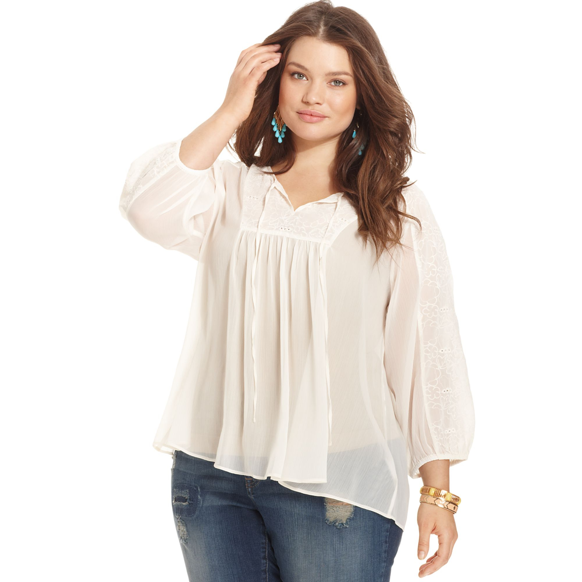 One of the biggest woes of plus size women is finding the right plus size tops and t-shirts to go with their jeans. Being full breasted and curvy makes it a little difficult to find the right top to flatter your figure and put together an outfit that will make you look sexy rather than gaudy.