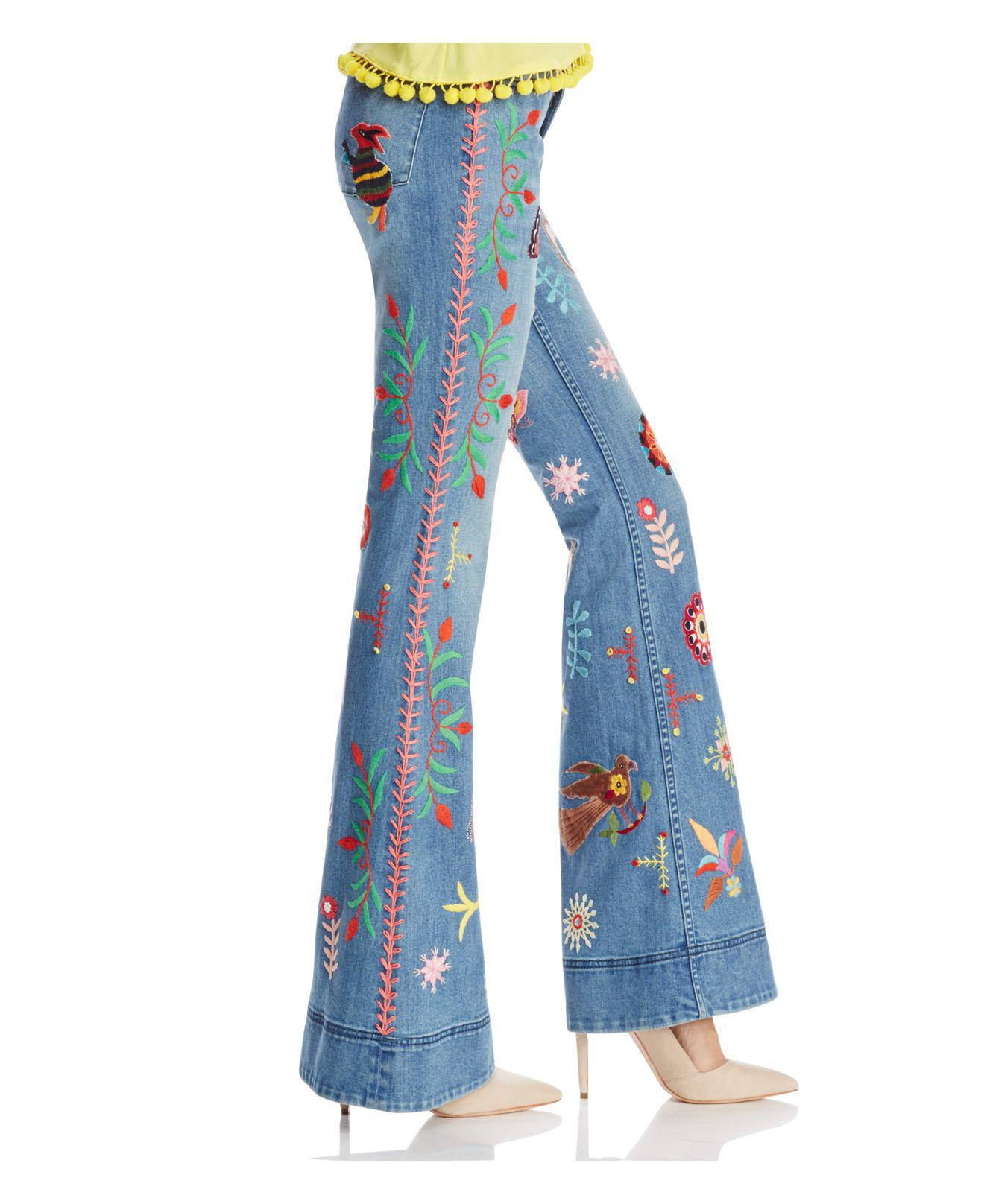 Alice + Olivia Denim Alice + Olivia Rylie Embroidered Low-rise Bell Bottom Jeans In Faded Indigo in Blue