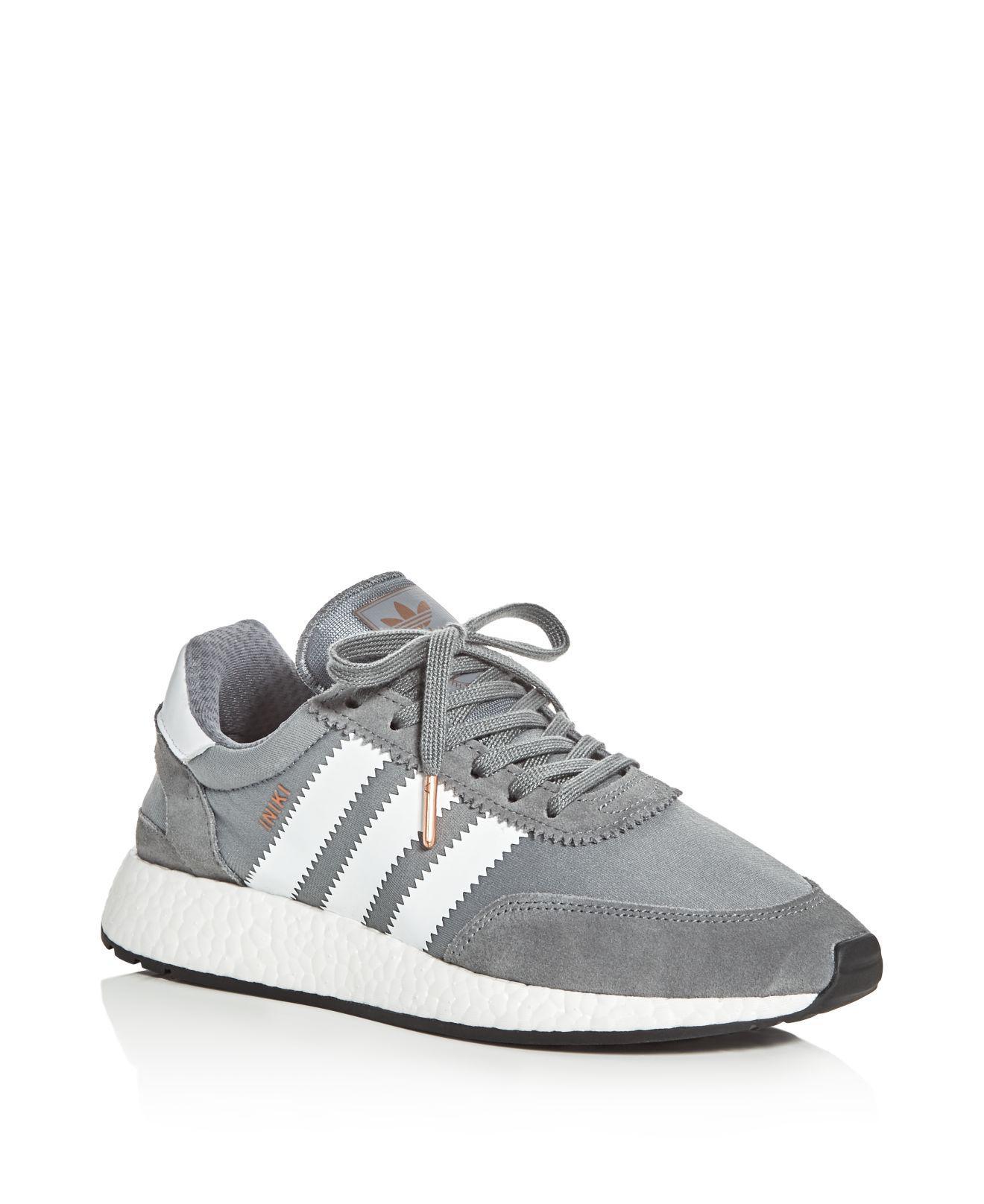 Lyst adidas originali delle donne iniki runner allacciare le scarpe da ginnastica in grigio.