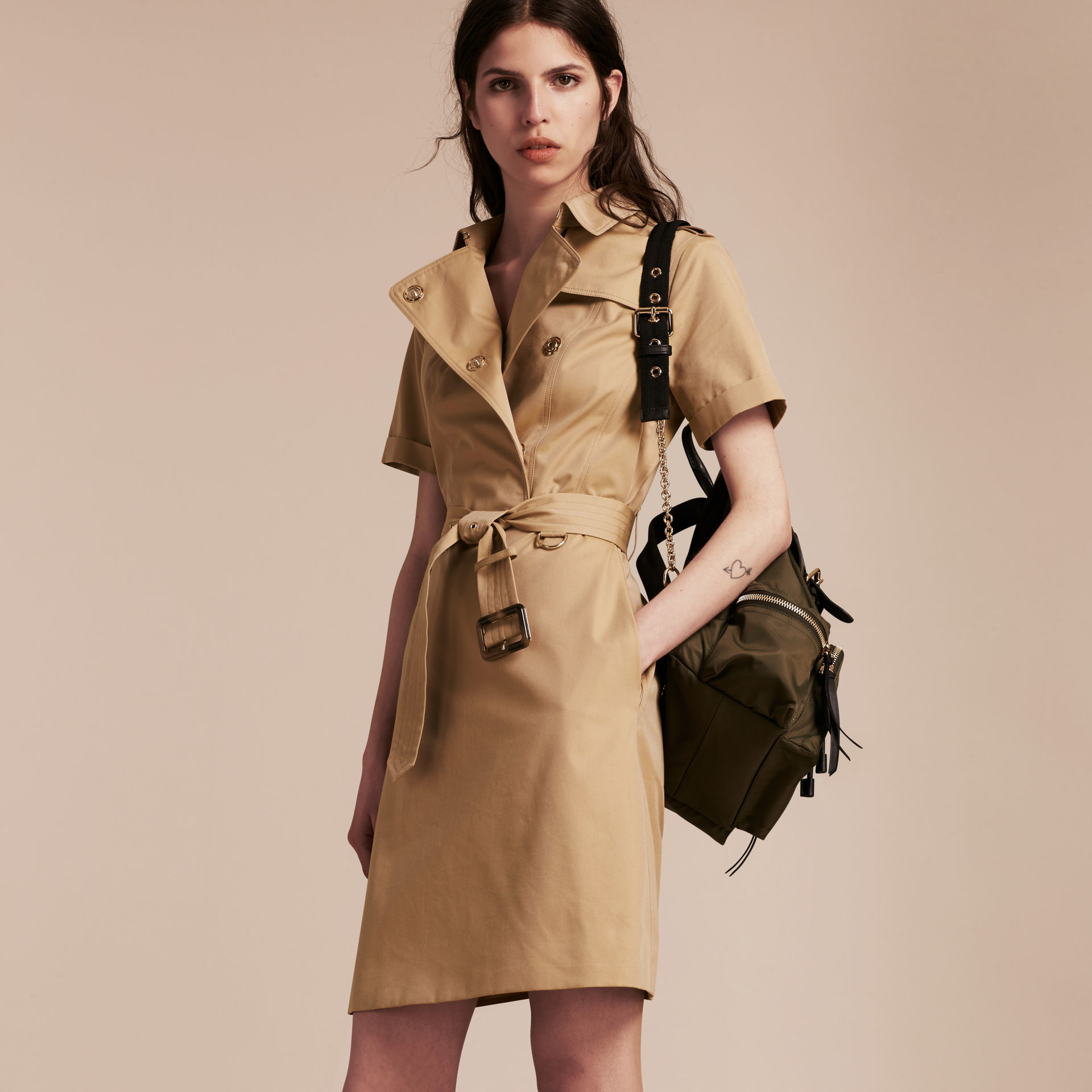 How to short wear sleeve trench coat photo