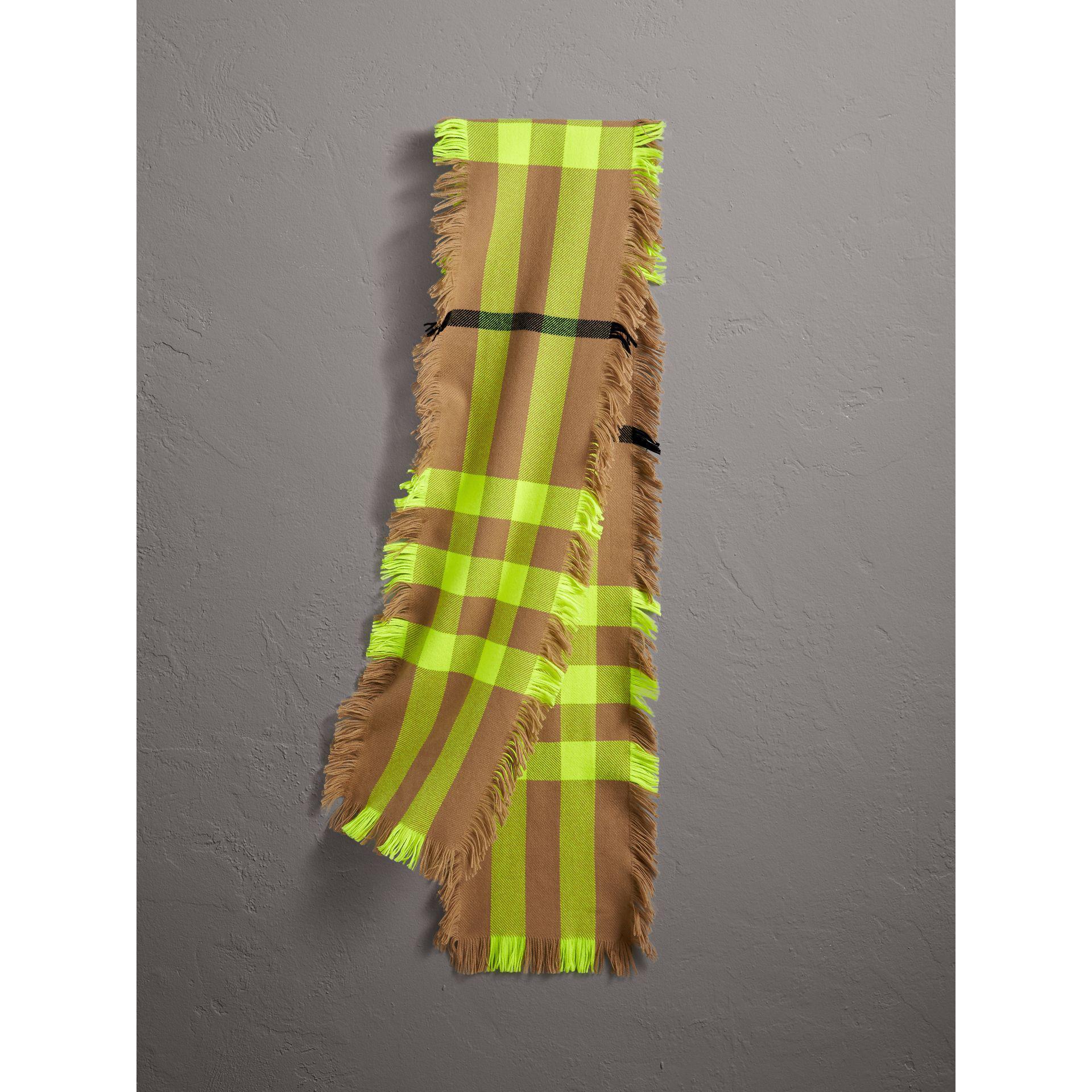 c4c84779e37c Lyst - Écharpe en laine à motif check et à franges Burberry