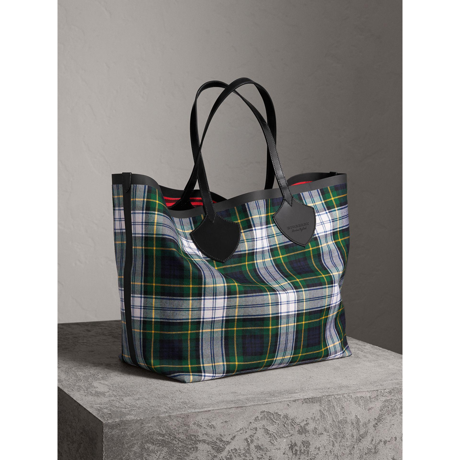 d5c84b475ab4 Burberry The Giant Reversible Tote In Tartan Cotton - Lyst
