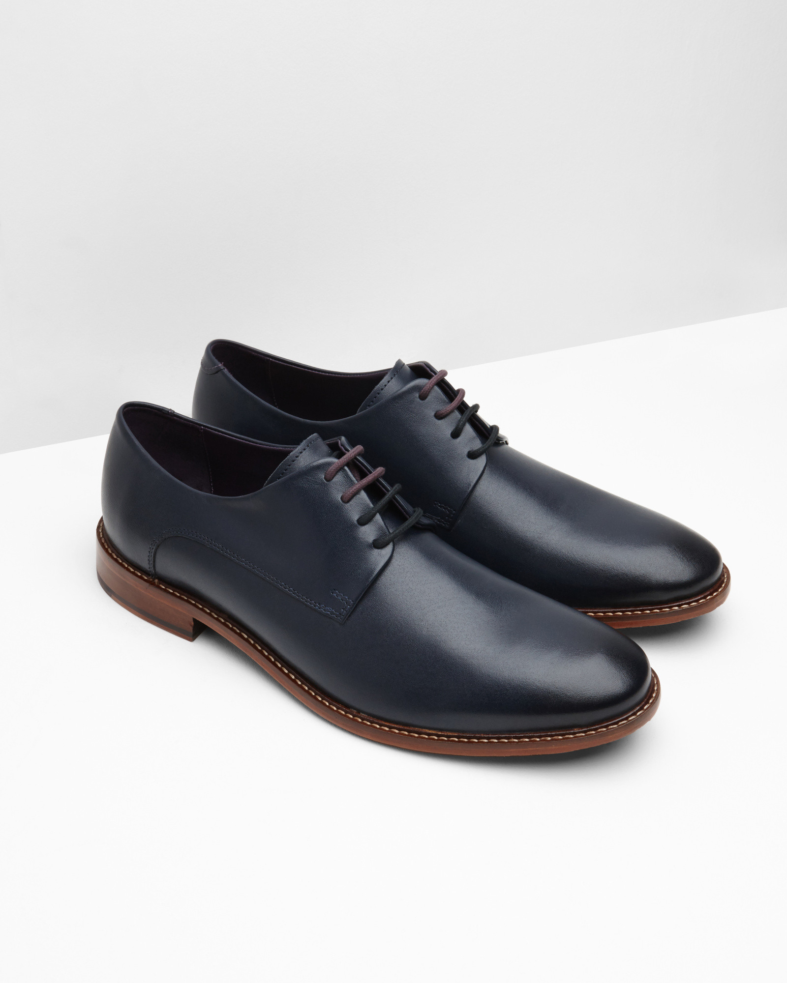 Men's Leather Derby Shoes in Black These handsome derby shoes have been made in a Northhampton-based factory that is respected for their generations of expertise. The uppers are lined in a smooth supple leather that wears beautifully.
