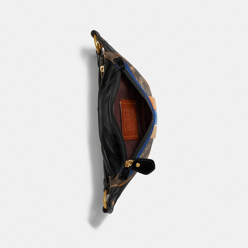 Sac ceinture Rivington 7 avec motif cheval et calèche et rayure Varsity universitaire. Cuir COACH pour homme