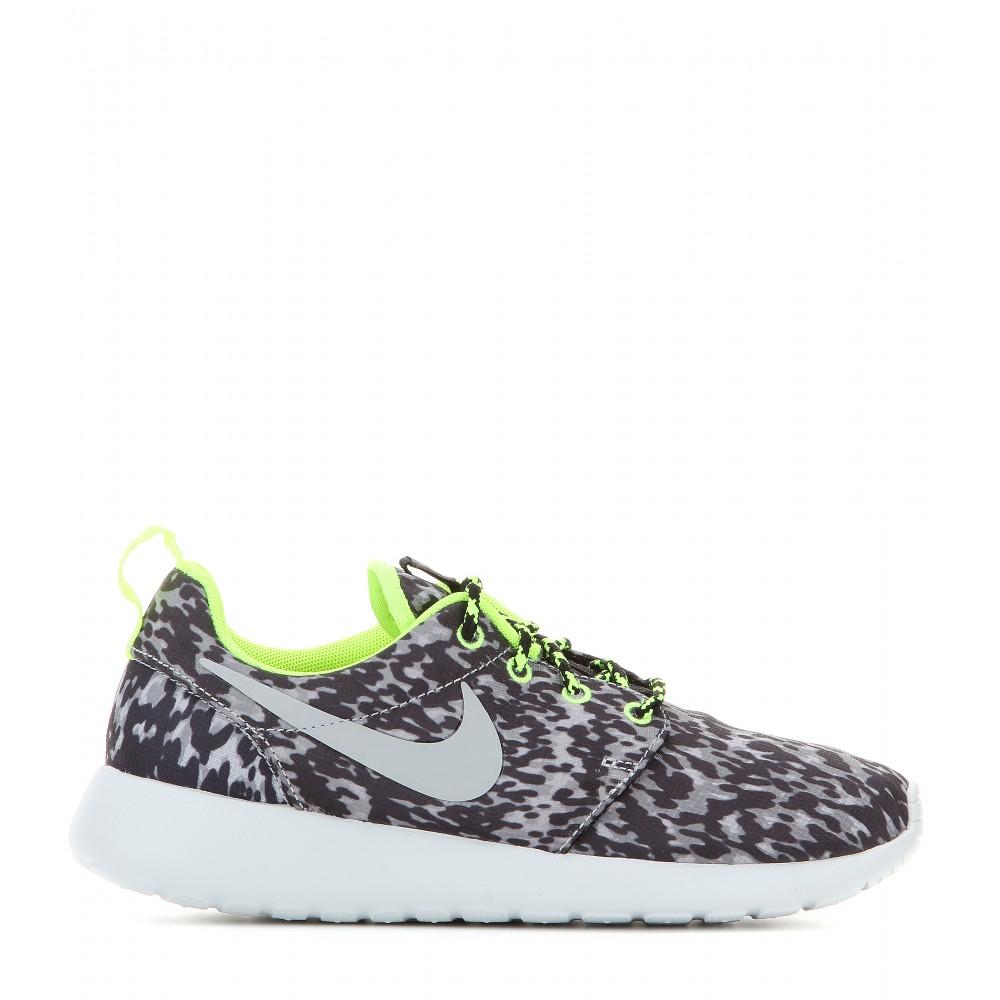 Nike Roshe Run Print Sneakers in Grey (Grey)
