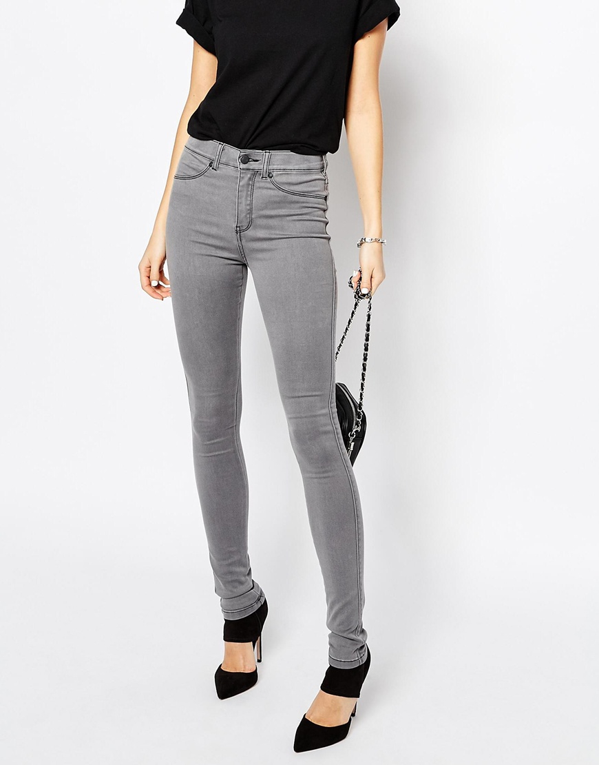 Slip into a pair of high waist jeans and tuck your shirt in. High waisted clothing is great for creating an hourglass look because baggy shirts look chic tucked in at the waist and left airy on the top. Skinny jeans with a high waist are a fantastic way to dress up your curves.