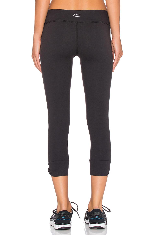 Beyond Yoga Twisted Cuff Capri Legging In Black - Lyst-6736