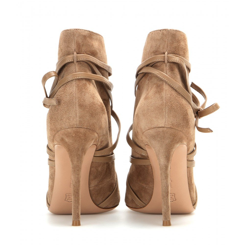 Discover the latest styles of women's open/peep toe booties from your favorite brands at Famous Footwear! Find your fit today!