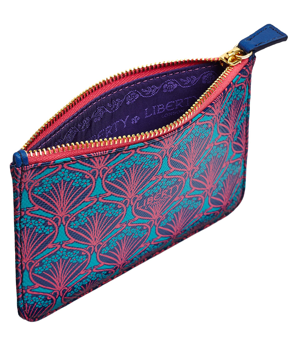 Everyday style that's anything but ordinary, this foldover crossbody displays a Serengeti print and has an adjustable strap for easy carrying.