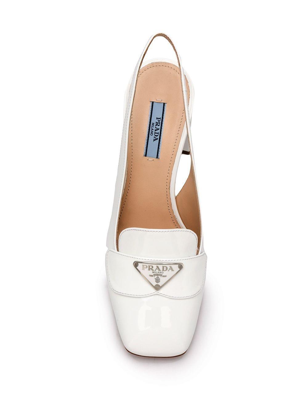 Zapatos de tacón con placa del logo y tira trasera Prada de Cuero de color Blanco