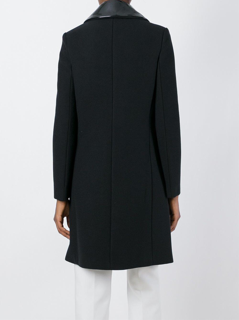 Belle Asiatique Coquine Dans Une Robe Transparente