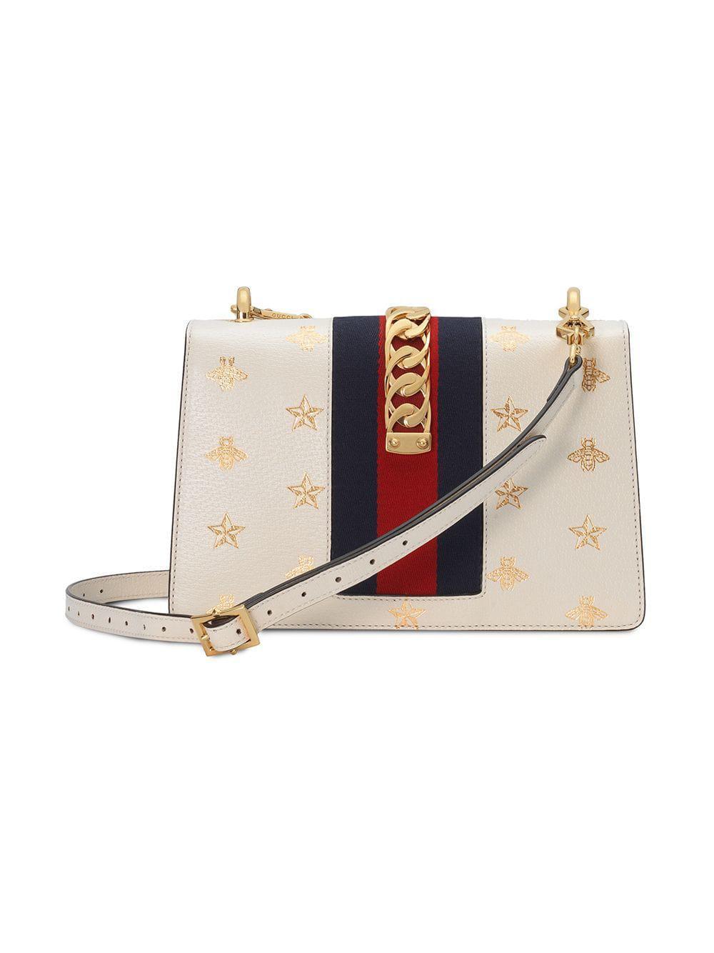 96e191b7c92 Lyst - Sac à épaule Sylvie petite taille à motif abeilles et étoiles Gucci  en coloris Blanc