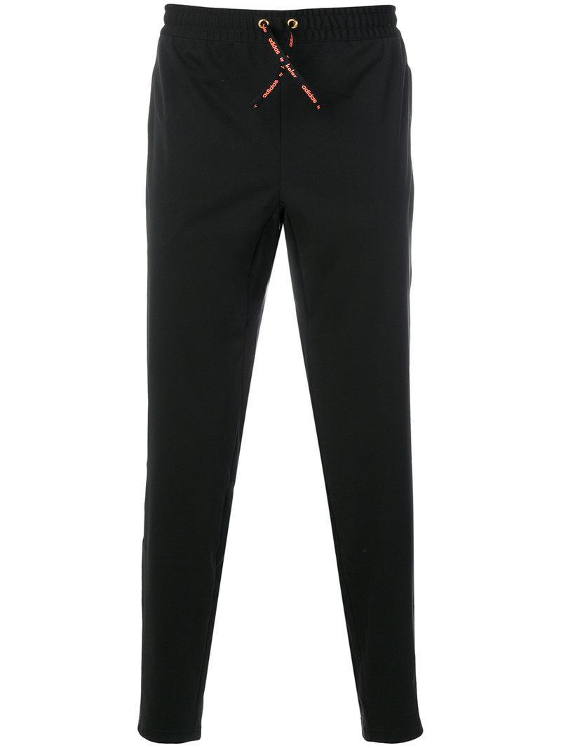 lyst adidas originali tre strisce di pantaloni della tuta in nero per gli uomini.