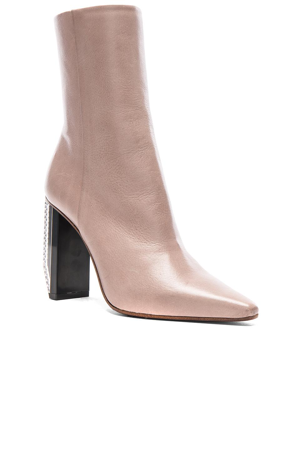Vetements Reflector Heel Leather Ankle Boots in Neutrals. KBZlcjGD