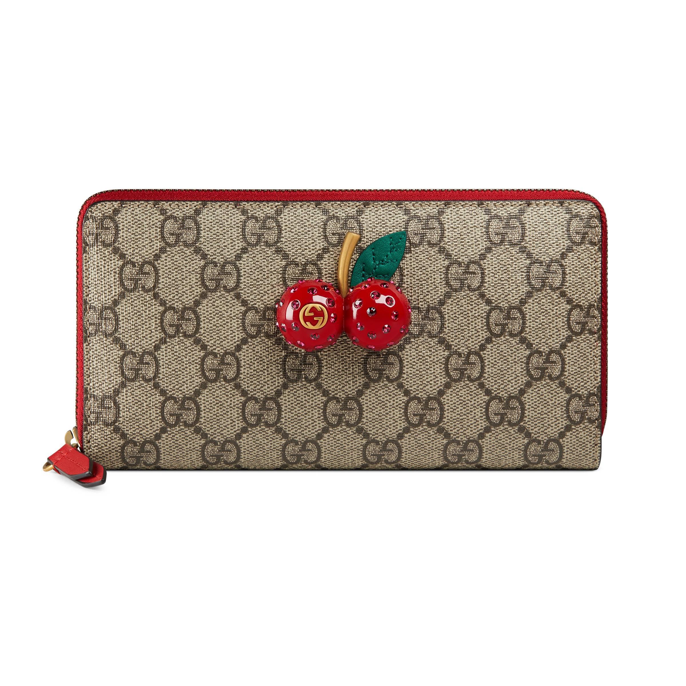 b163baa95a647 Gucci GG Supreme Brieftasche mit Rundumreißverschluss mit Kirschen ...