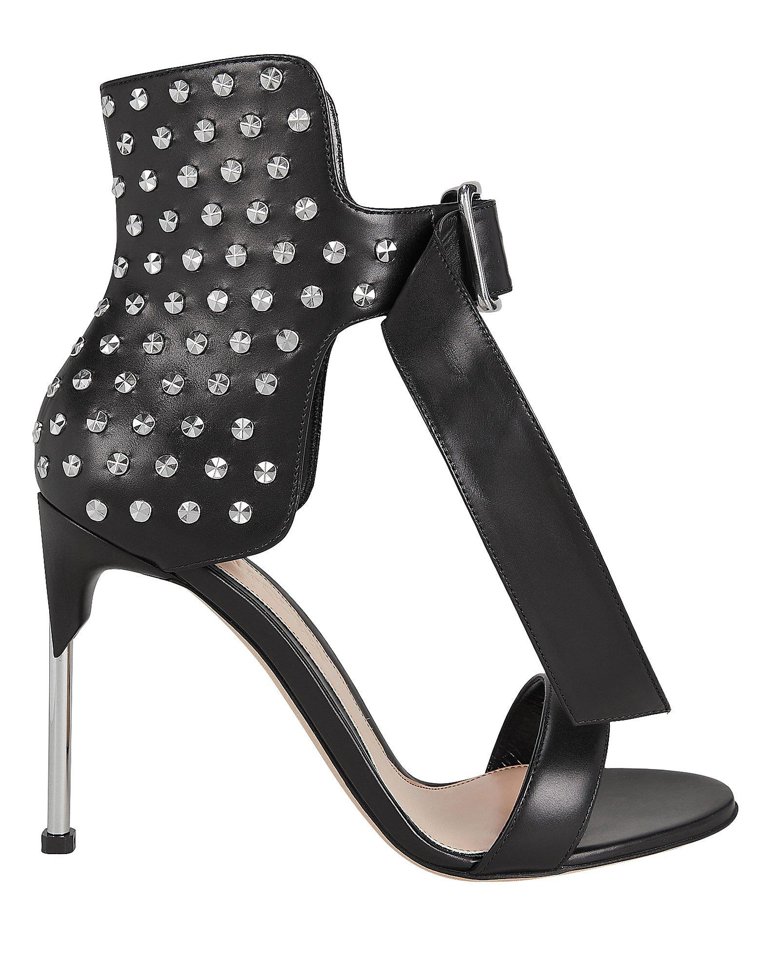 a3ac73b3fd29 Lyst - Alexander McQueen Studded Black Leather Sandals in Black