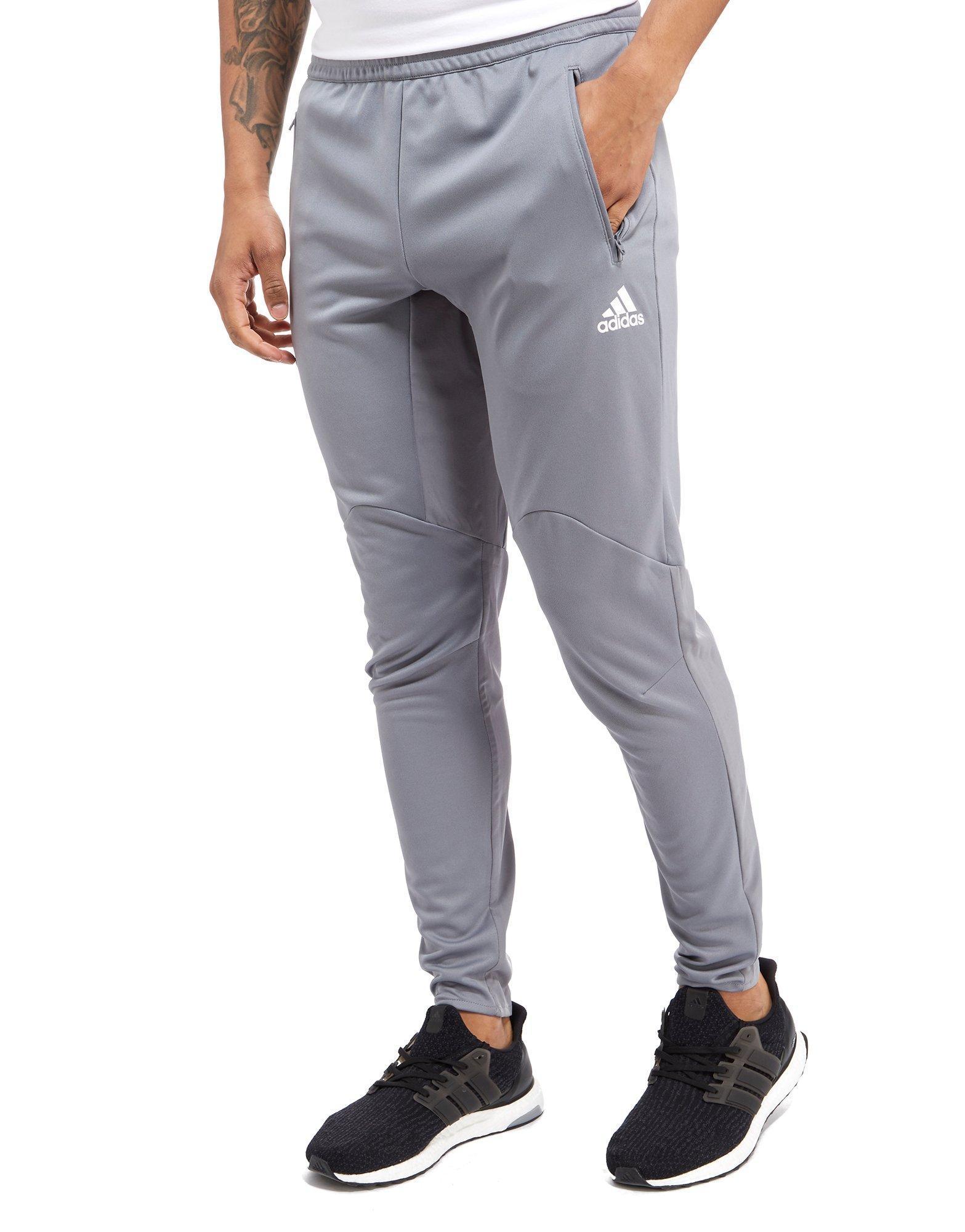 lyst adidas tango futura formazione dei pantaloni in grigio per gli uomini.