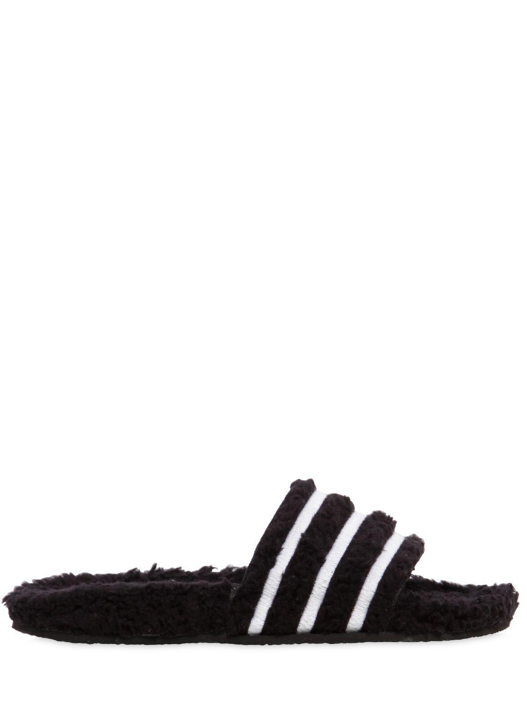 Adidas originali adilette faux montone slide sandali in nero lyst