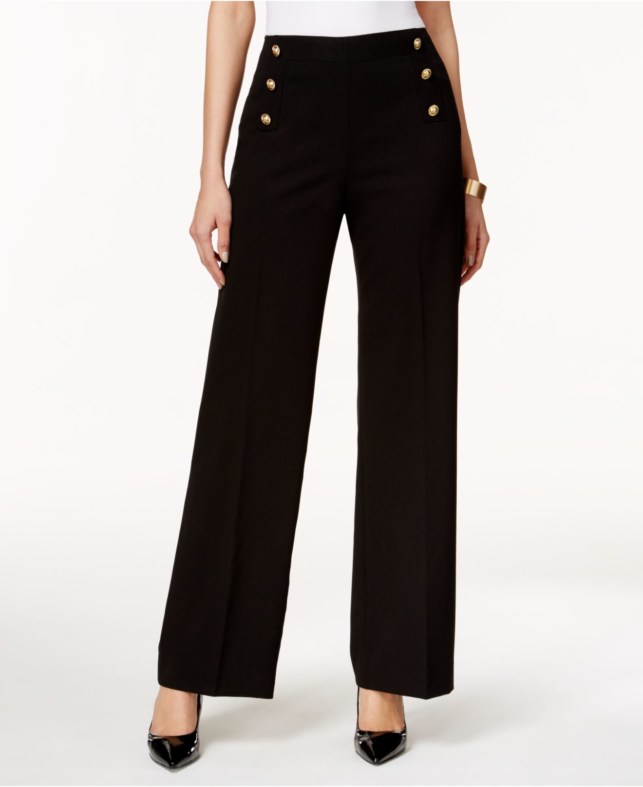 Some ladies wanna give a modern twist to their sailor pants by adding daring and bright colors and fitted, cropped tops. Personally, I like vintage and classic style outfits, by pairing retro blouses with classy blazers and sailor pants.