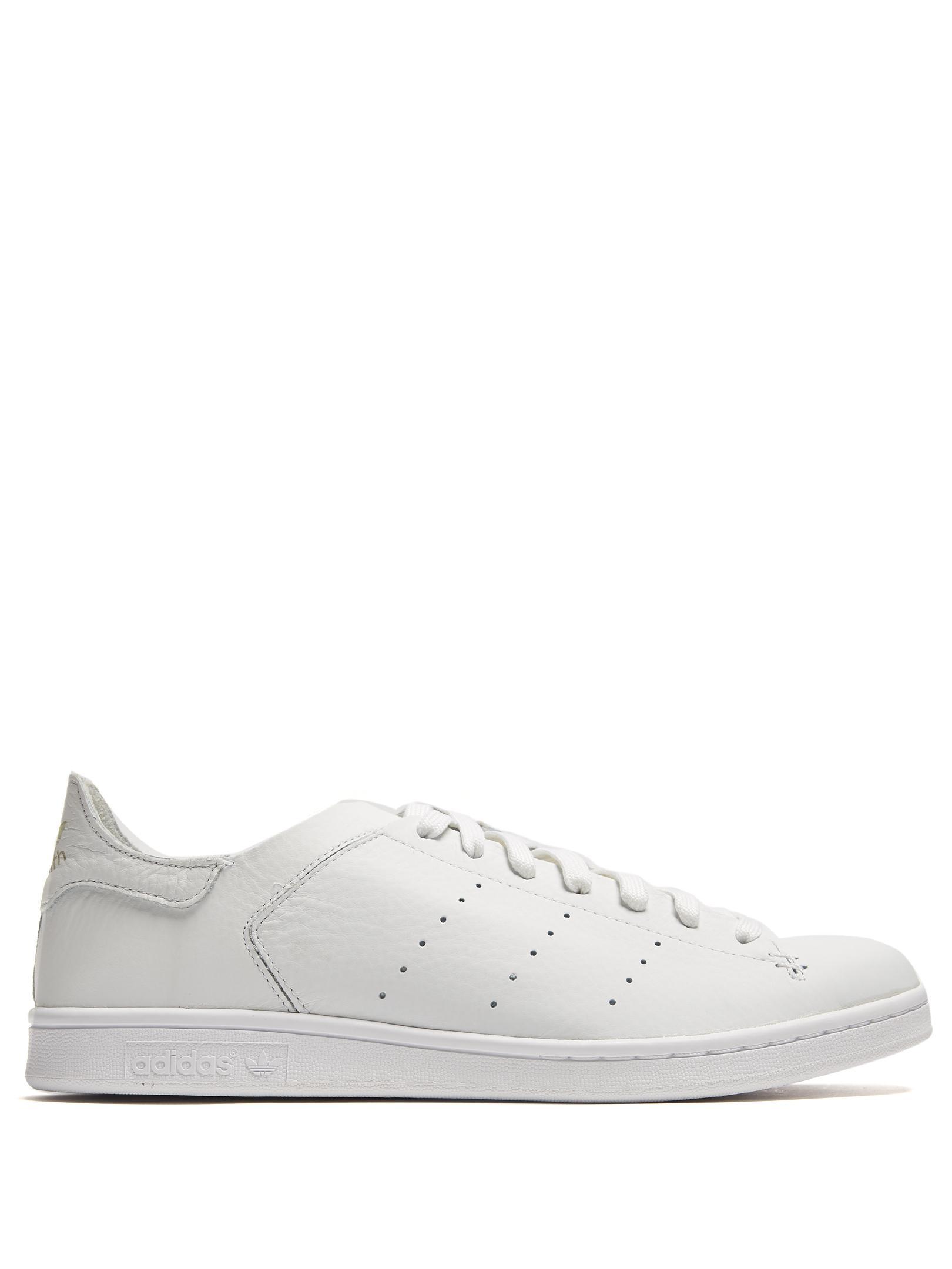 lyst adidas originali stan smith basso top cuoio formatori in bianco.