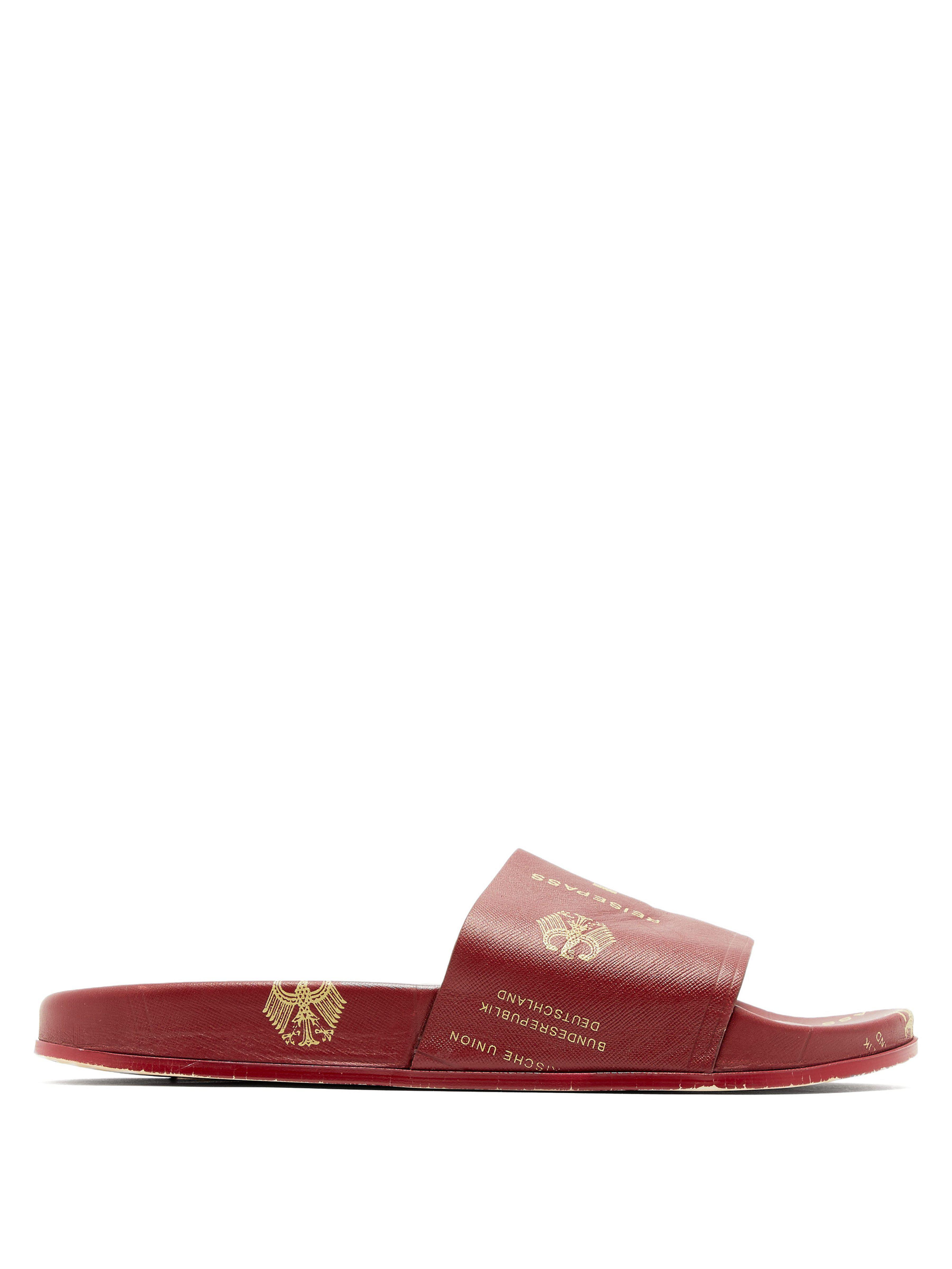 8baa4a046b5 Lyst - Claquettes en cuir grainé à imprimé passeport Vetements pour ...
