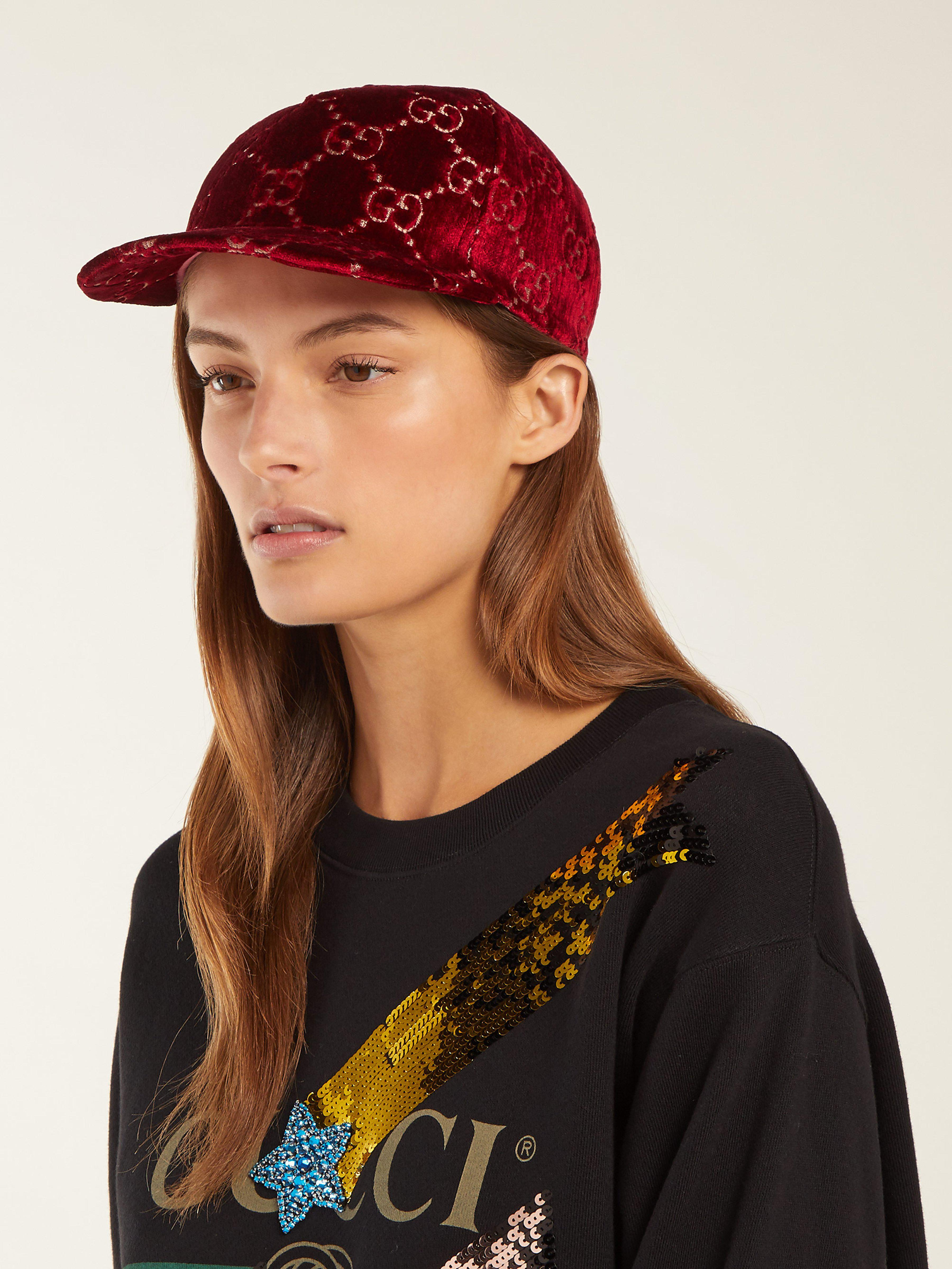 Gucci Gg Embroidered Velvet Cap in Red - Save 21% - Lyst deacf857a37