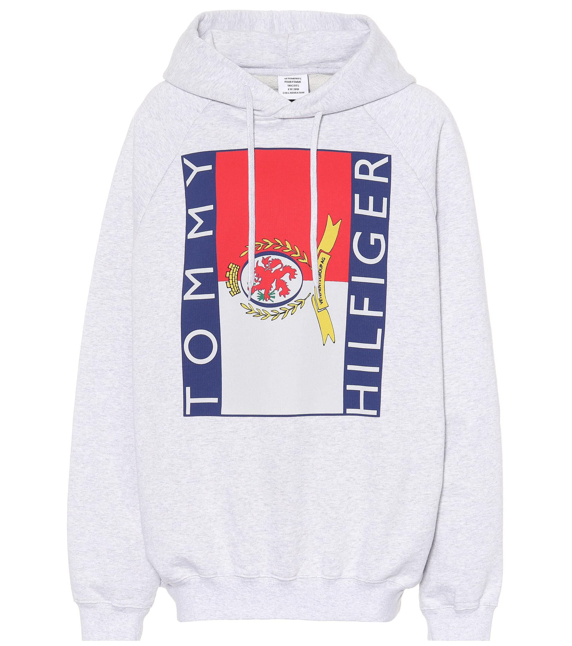 Sweat shirt à capuche en coton imprimé x Tommy Hilfiger Vetements en coloris Gray