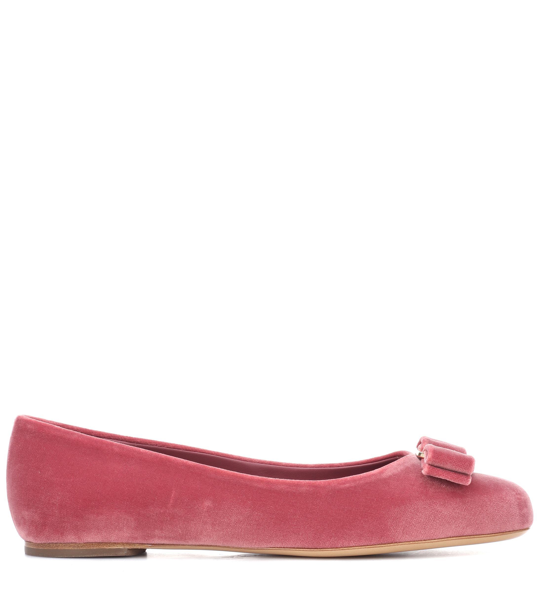 Zapatos planos de terciopelo Varina Ferragamo de Terciopelo de color Rosa