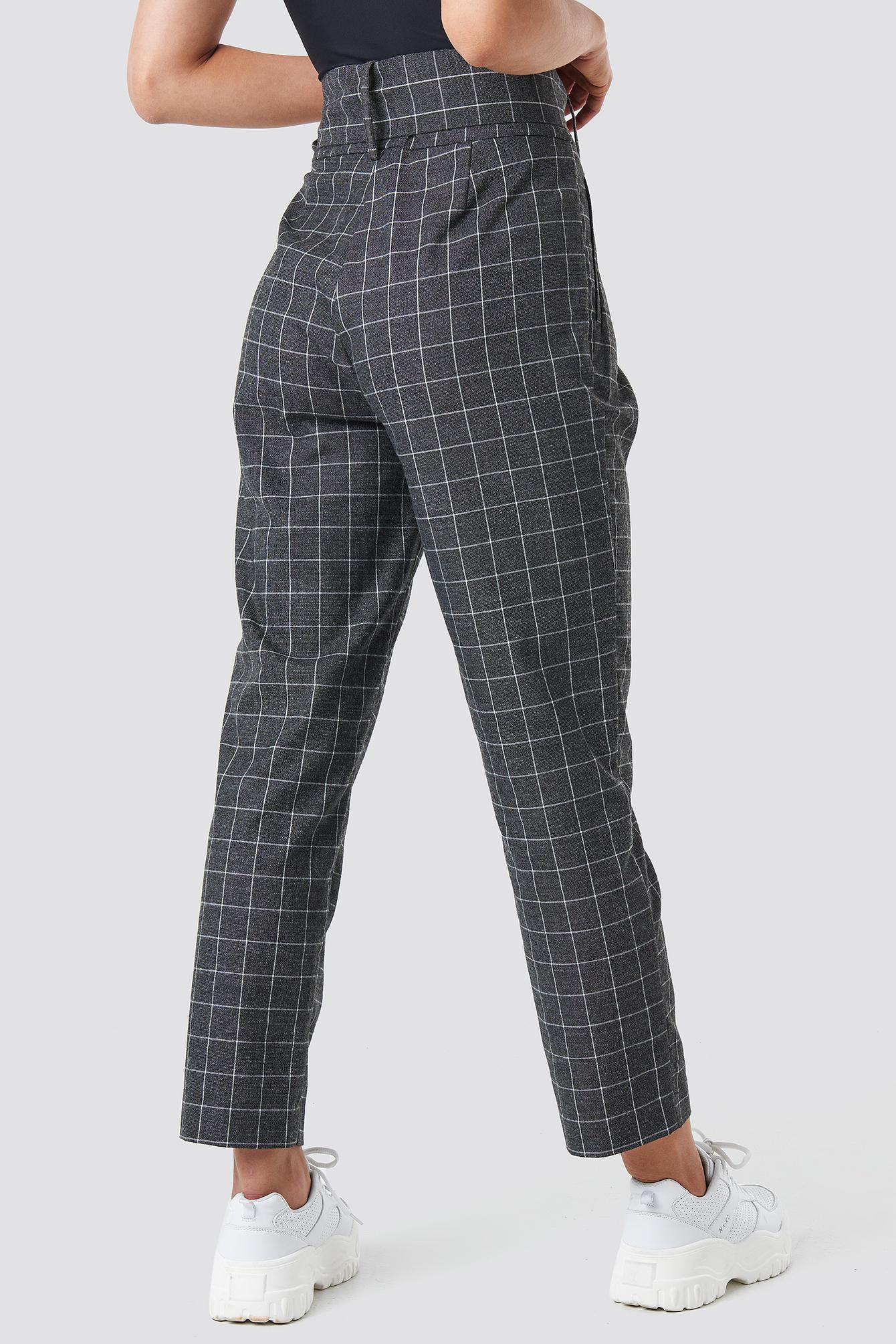 Big Check Asymmetric Belted Pants NA-KD en coloris Gris