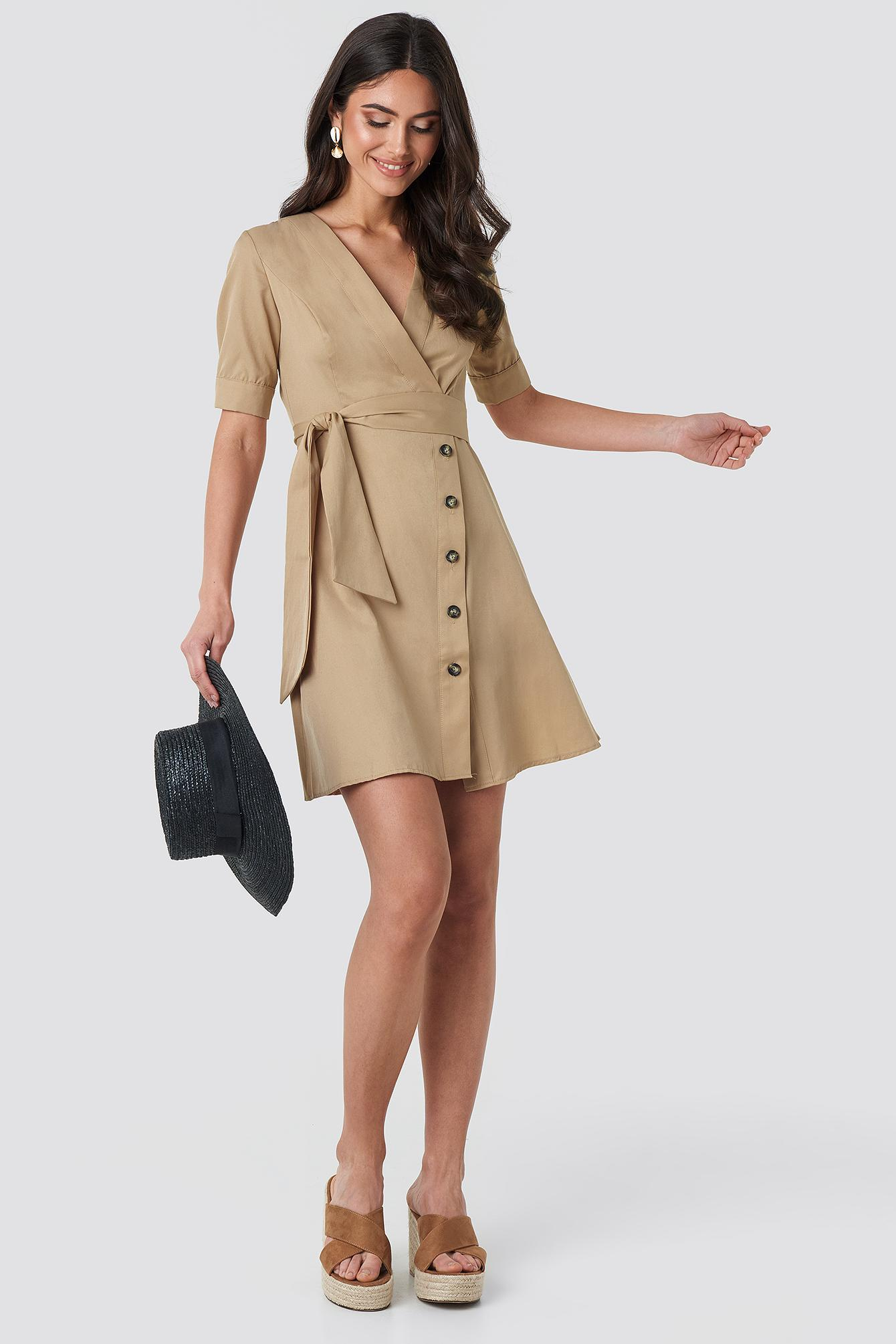 Asymmetric Buttoned Mini Dress Coton NA-KD en coloris Neutre