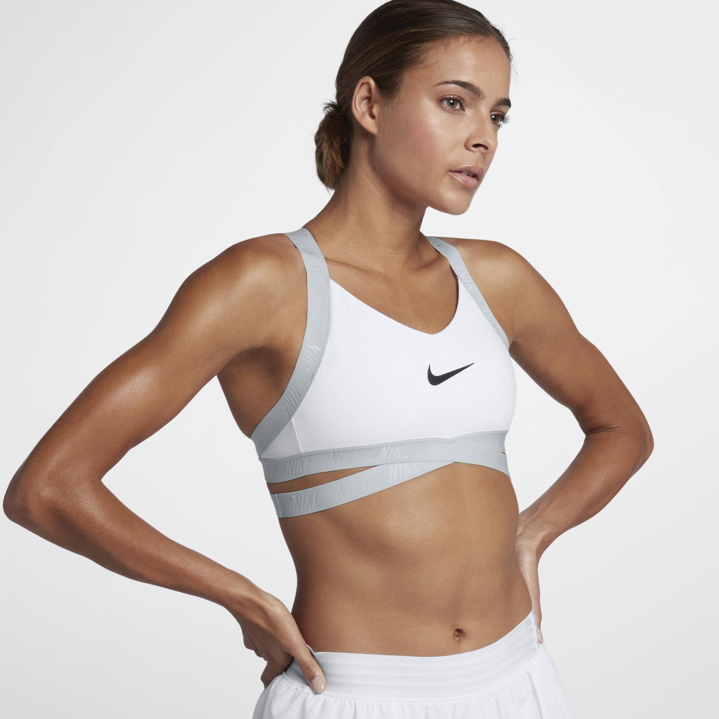 Nike - White Brassière à maintien léger Indy Logo pour Femme - Lyst.  Afficher en plein écran 8ea599566fc