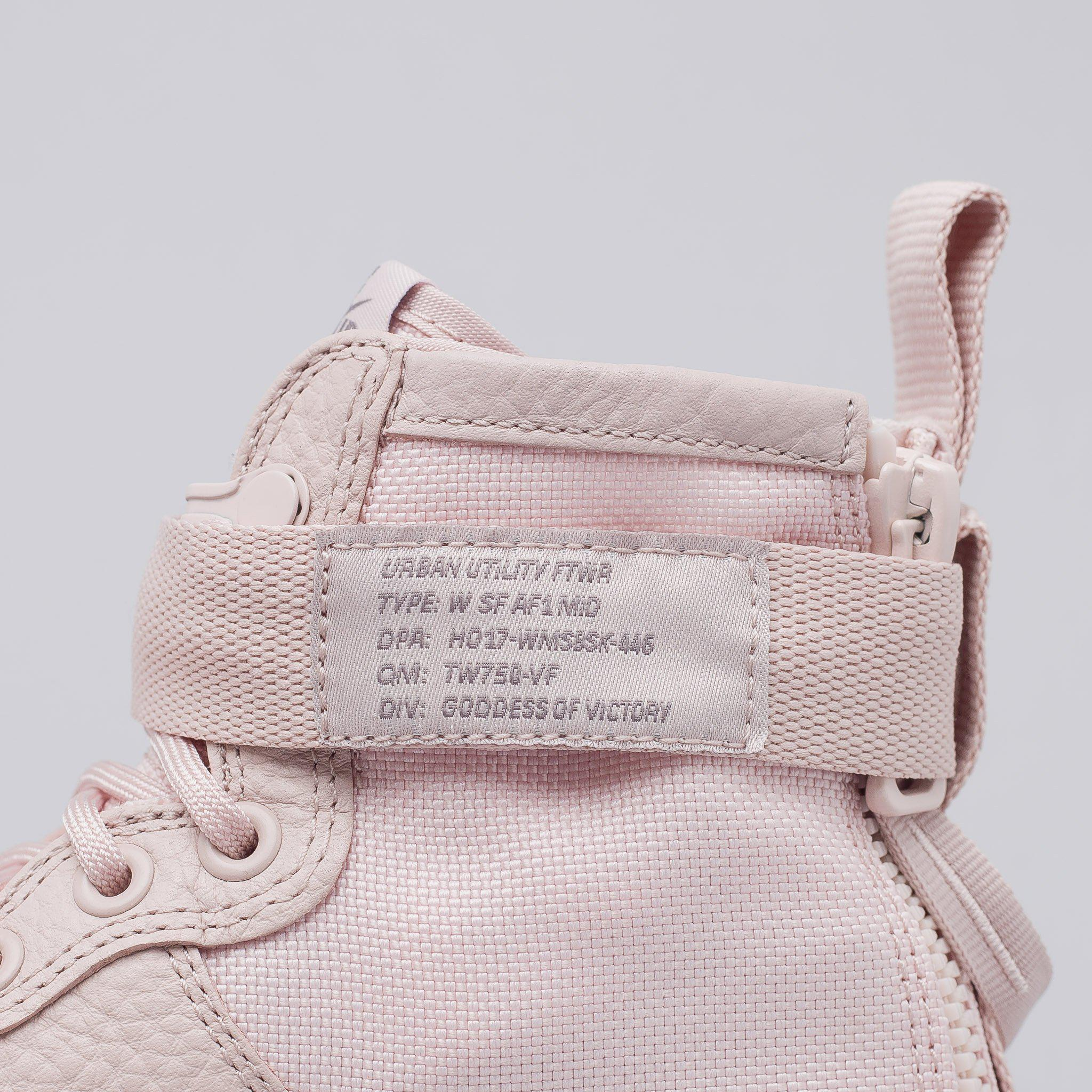 Nike Damen Special Field Air Force 1 Mid in Rosa