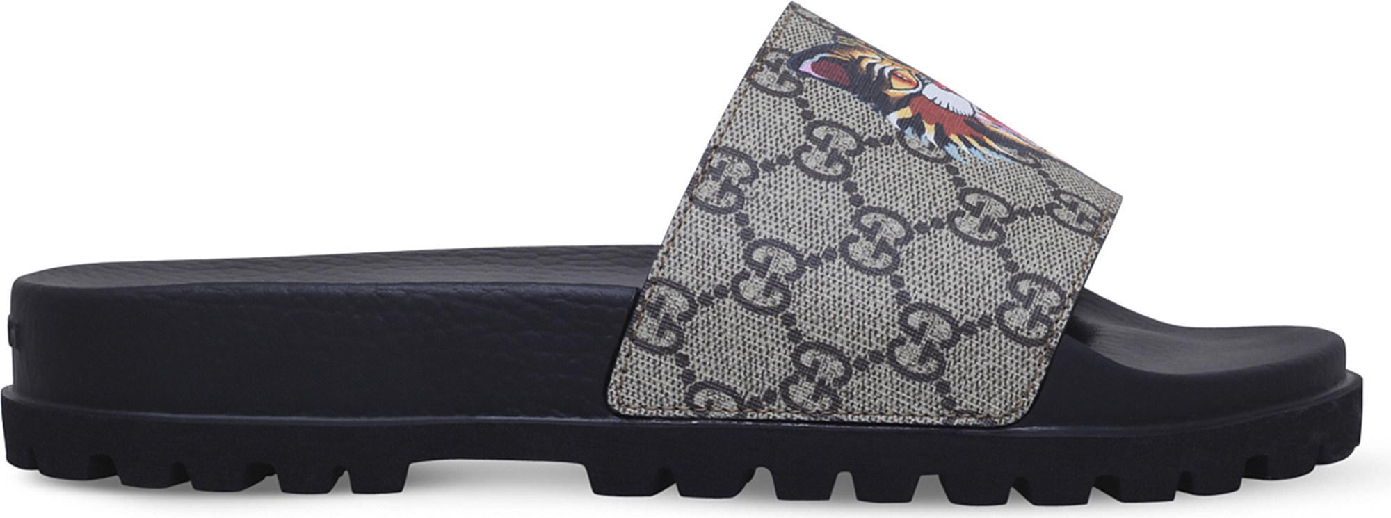 7b25e86b066ff Gucci Pursuit Cat-print Canvas Slider Sandals in Brown - Lyst