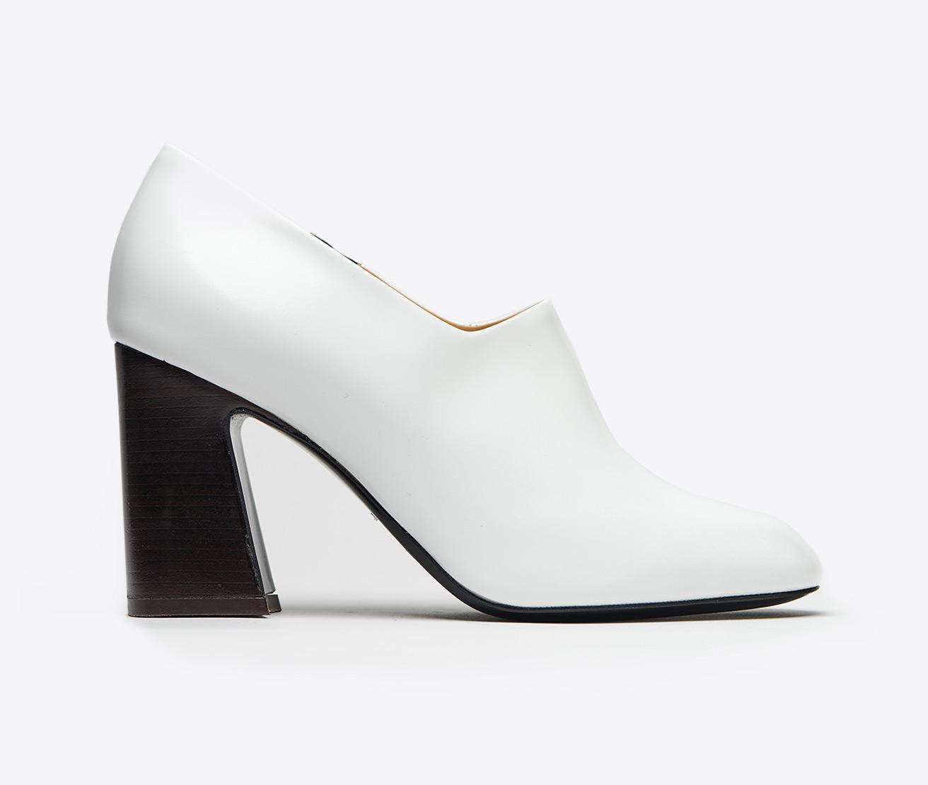 0ce8d6b09b5 Lyst - Lemaire Shiny Calfskin Pump in White