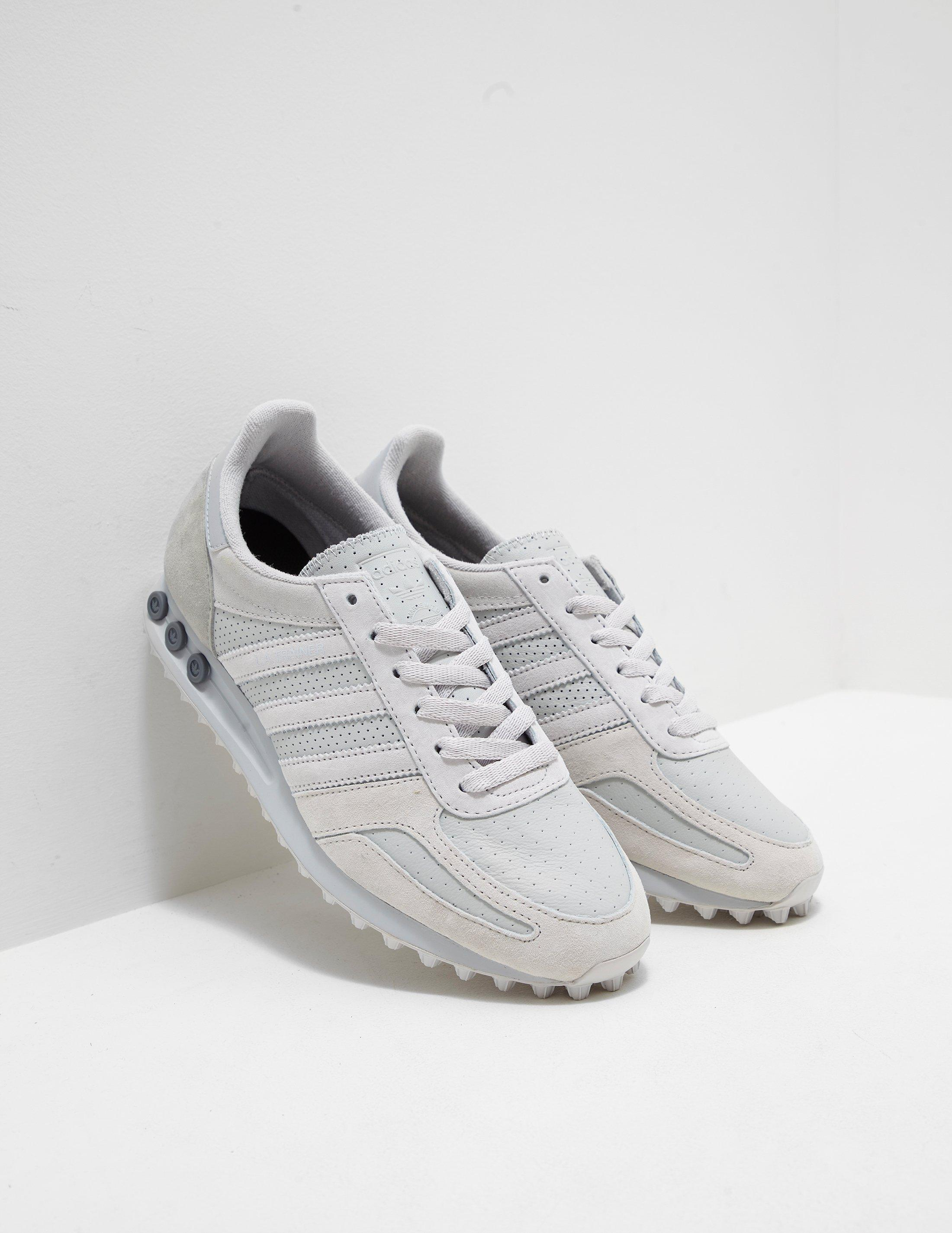 white adidas classic trainers off 51% - www.usushimd.com