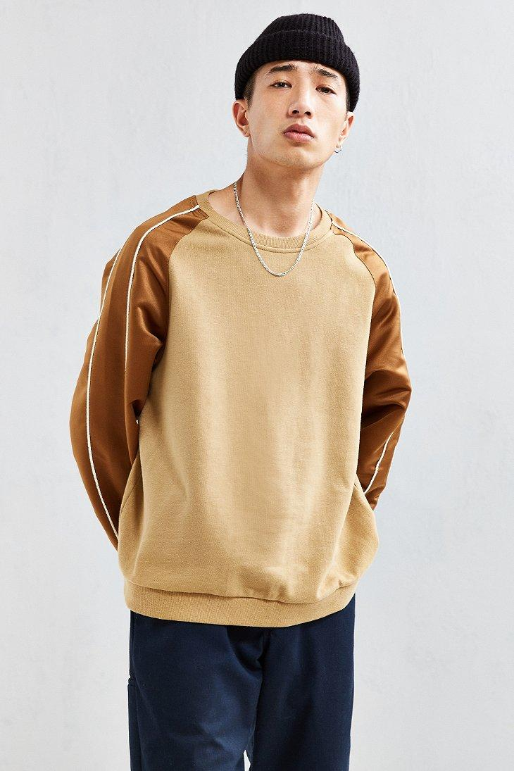 In a traditional cable-knit design, this crewneck work sweater is made from a warm, durable and comfortable 70% recycled wool/25% recycled nylon/5% other fiber blend; the shoulder patches have a DWR (durable water repellent) finish to shed moisture.