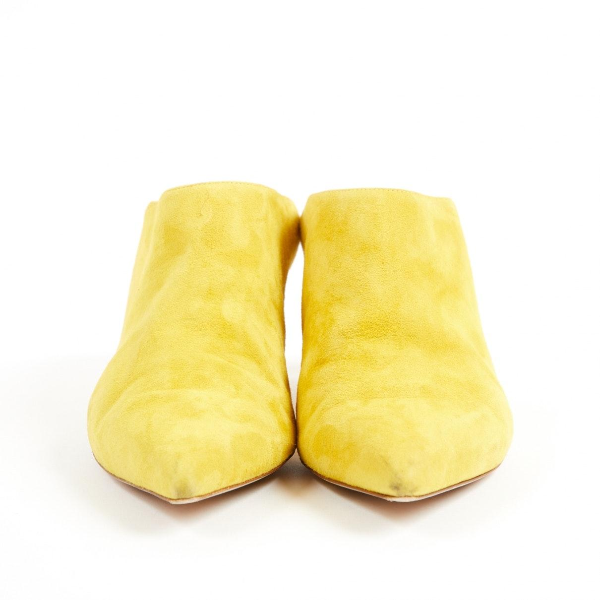 Zuecos Stuart Weitzman de Ante de color Amarillo