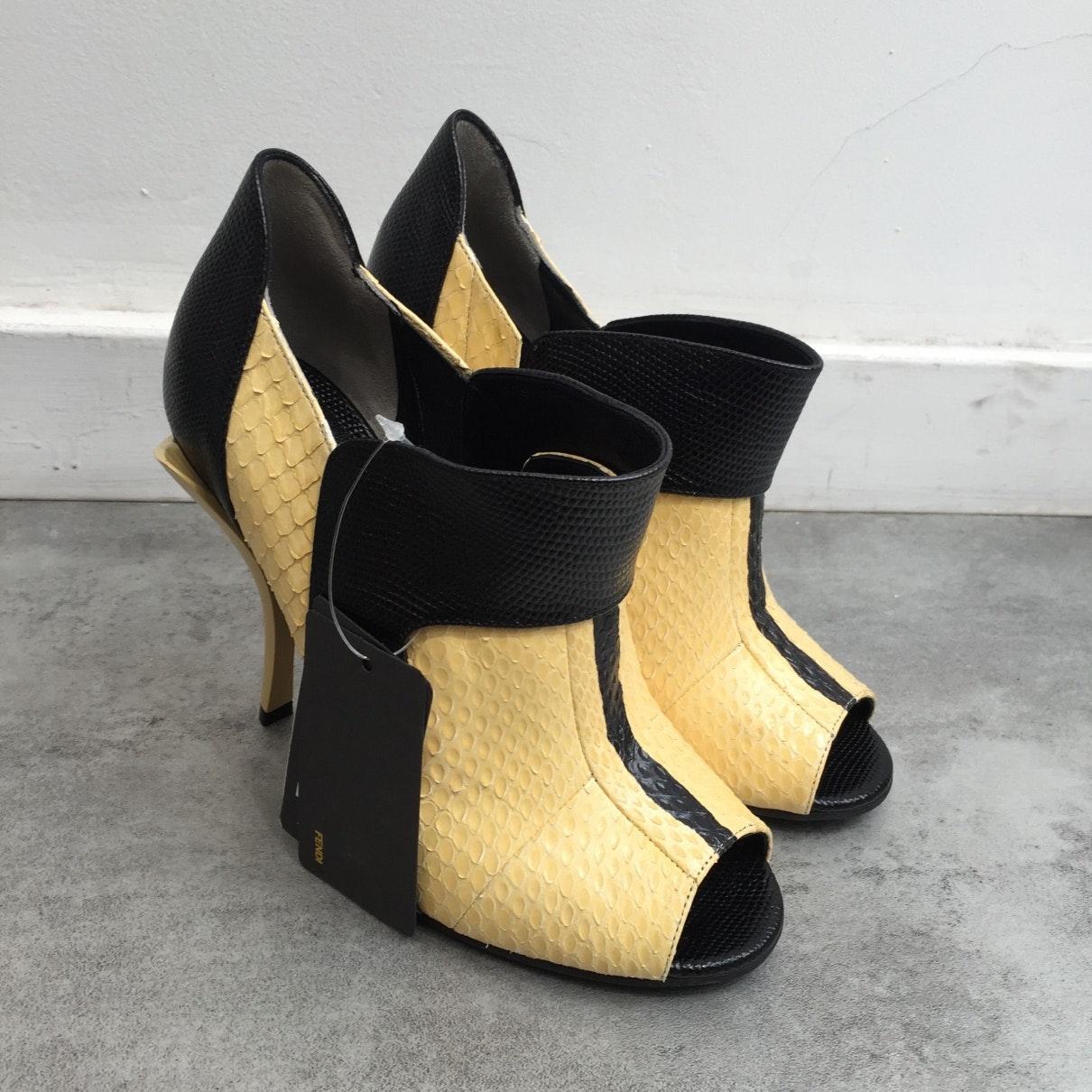 Botines en pitón amarillo N Fendi de color Amarillo