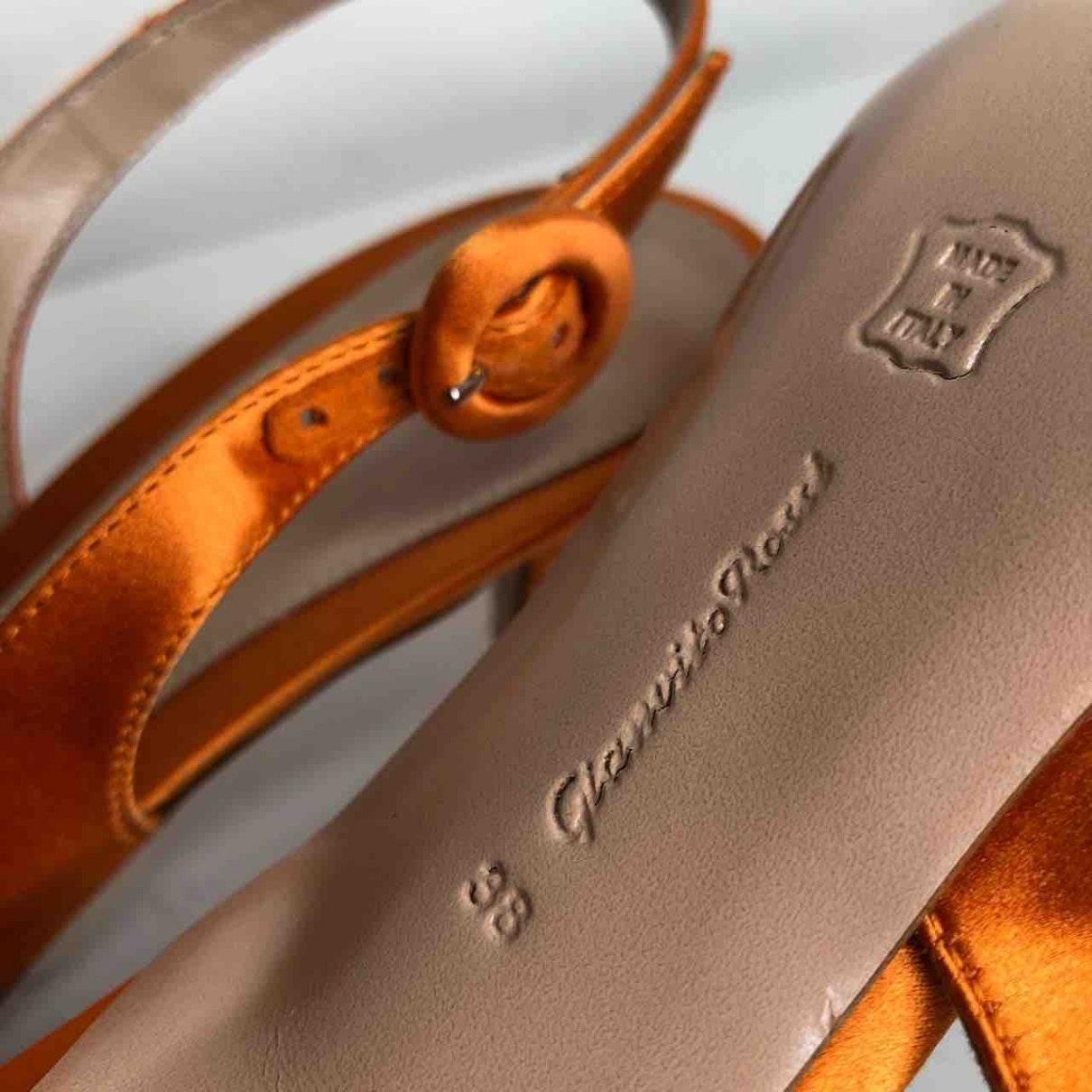 Tacones en lona naranja N Gianvito Rossi de color Naranja