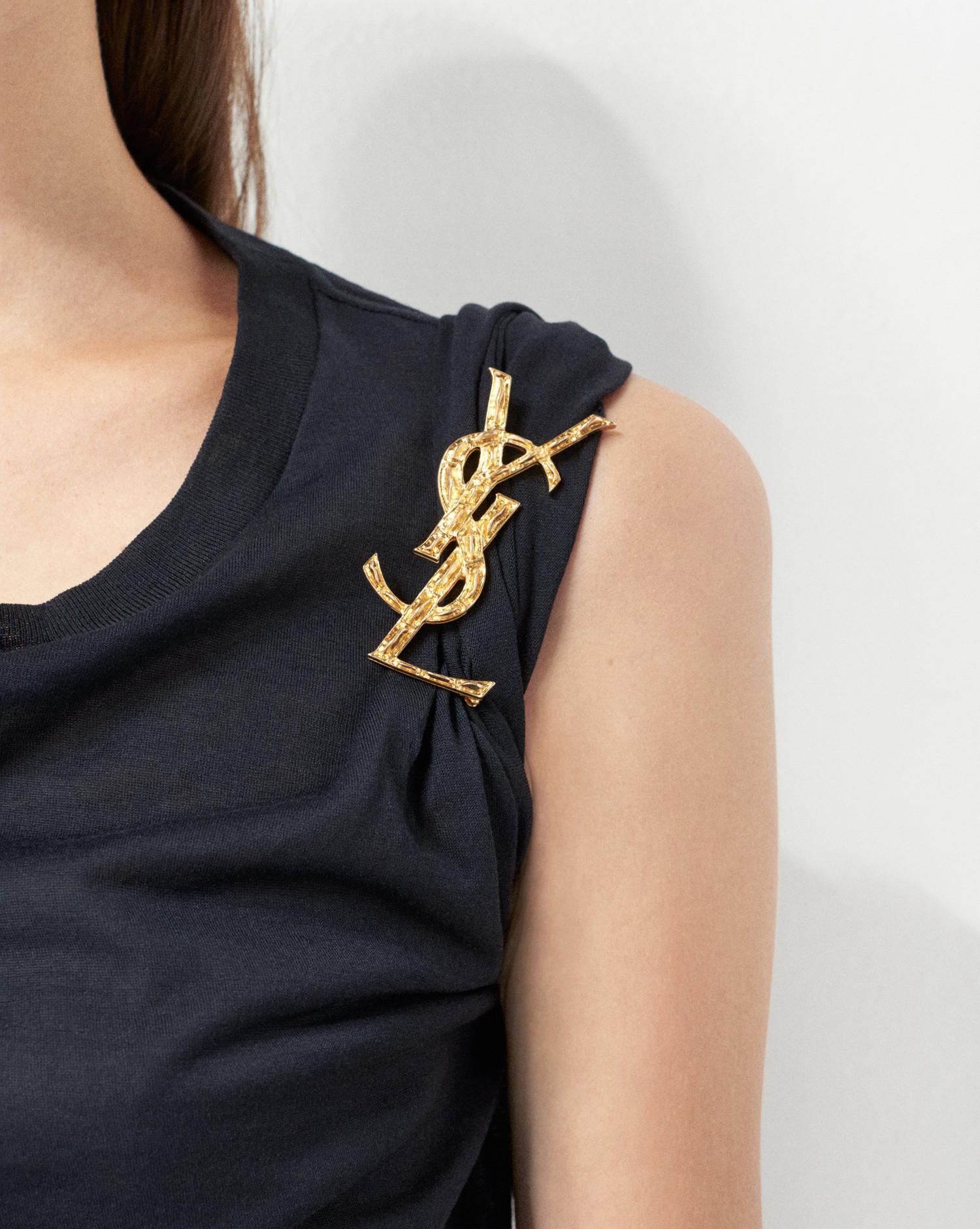 Broche MONOGRAMME DRAPÉS en laiton doré clair femme de coloris métallisé